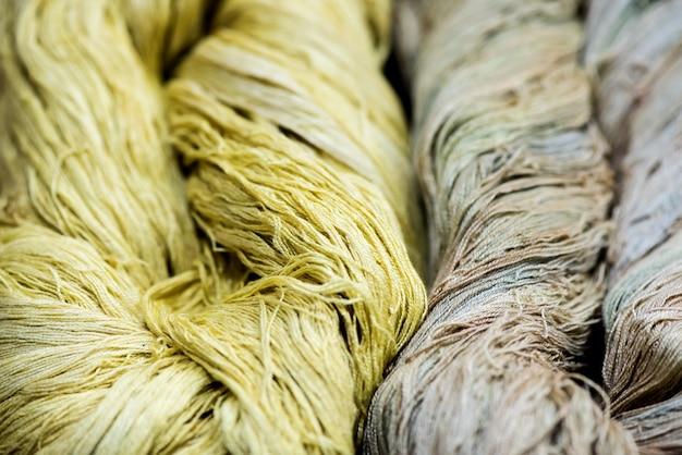 綿と天然染料からの毛糸。