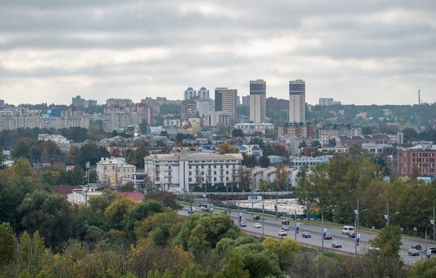 ヤロスラヴリ2021年の道路と公園のある近代的な街の眺め街のパノラマビュー
