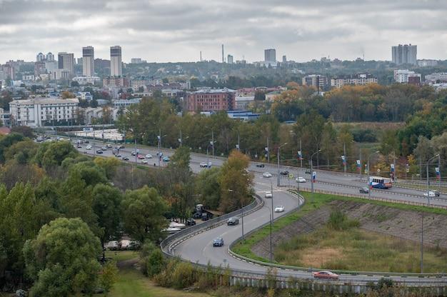 ヤロスラヴリロシア2021年9月23日近代的な都市を背景にした交通機関のインターチェンジ