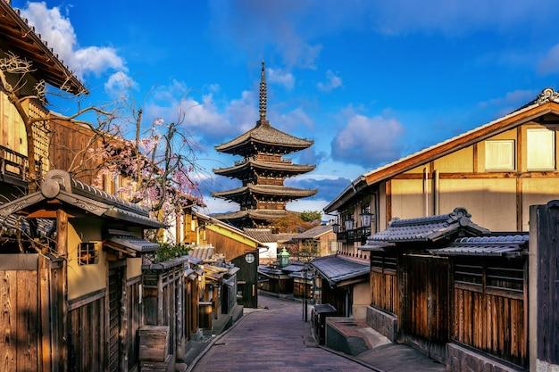 Yasaka pagoda e sannen zaka street a kyoto, in giappone.