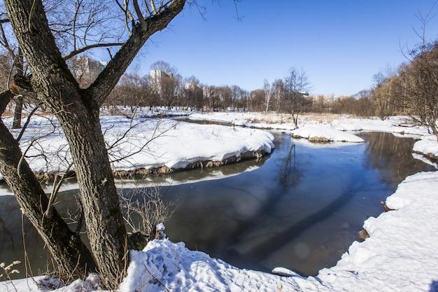 雪で覆われた地面と冬のモスクワのヤウザ川