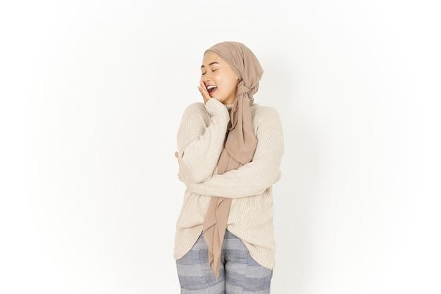 흰색 배경에 고립 된 히잡을 쓰고 아름 다운 아시아 여자의 하품