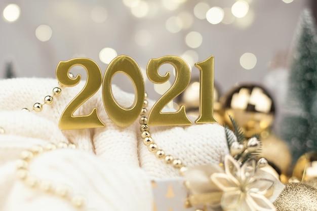 ゴールデンボケ背景の2021年の数字新年の気分、クリスマス、グリーティングカード、新年の背景