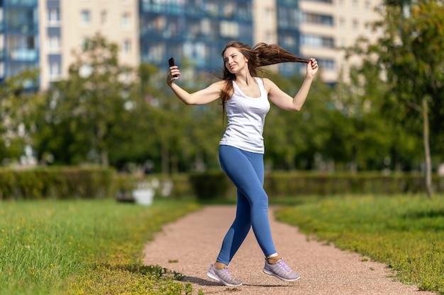 올해의 여성 블로거는 스마트폰을 사용하여 브이로그용 동영상을 촬영합니다.
