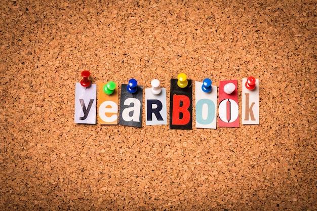 Ежегодник - вырежьте буквы, прикрепленные булавками на пробковой доске для объявлений.