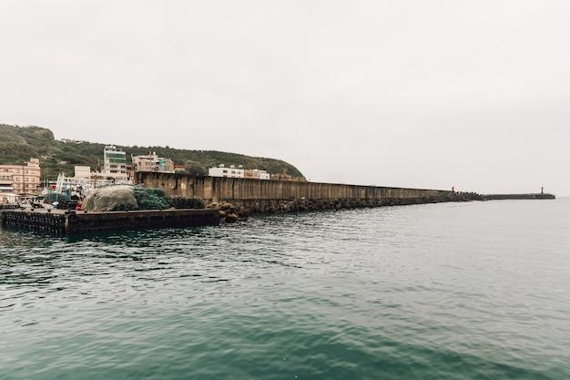 Yehliu рыбацкой гавани в рыбацкой деревне в северной части тайбэя.