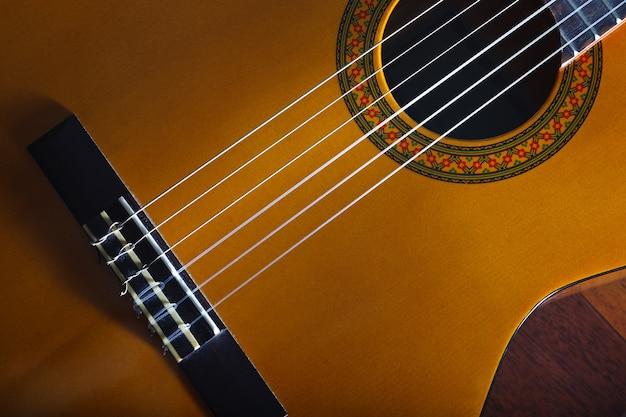 Желтая акустическая классическая испанская гитара популярная музыкальная мелодия и баннер дизайна песни.