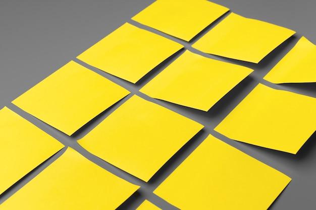 灰色の背景のコピースペースに黄色の粘着メモ
