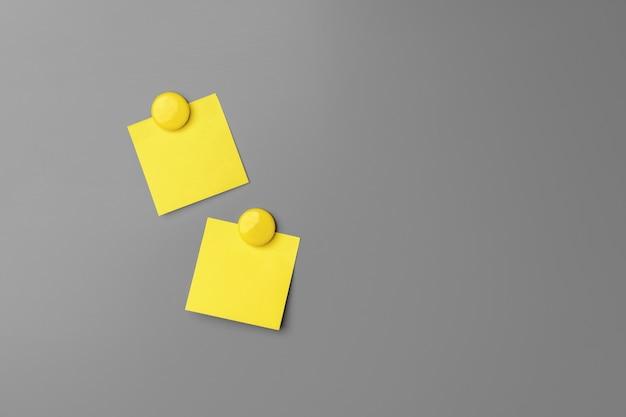 灰色の黄色の粘着ノートのクローズアップ