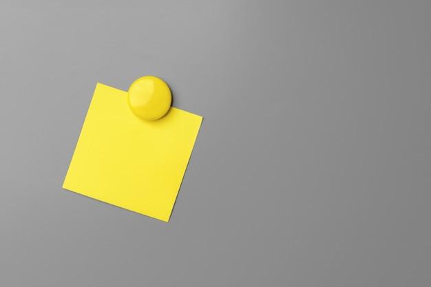 灰色の黄色の粘着ノートをクローズアップ