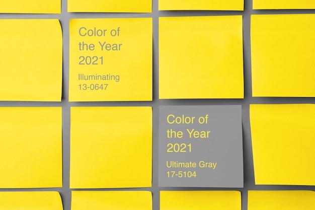 灰色の黄色の粘着ノート