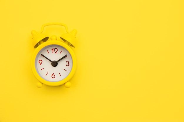 노란색 알람 시계 격리 됨 노란색 유행에.