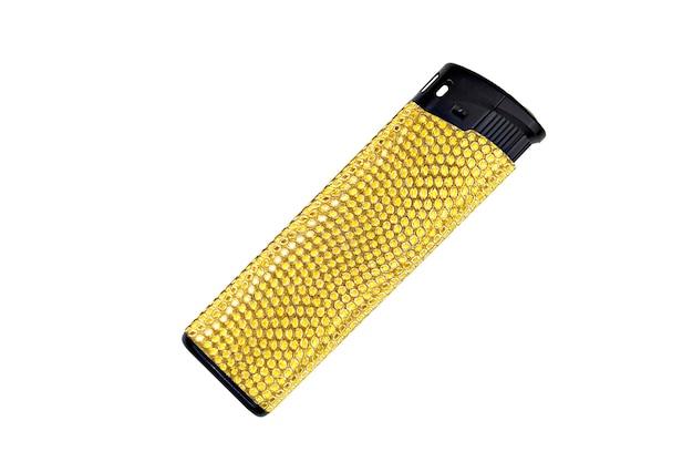 白い背景に分離された黄色と黒のガス ライター