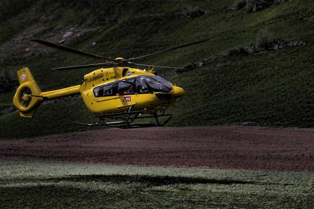 黄色と黒のヘリコプター