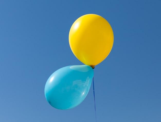 Желтый и синий шар окрашен в национальный флаг украины на фоне голубого неба