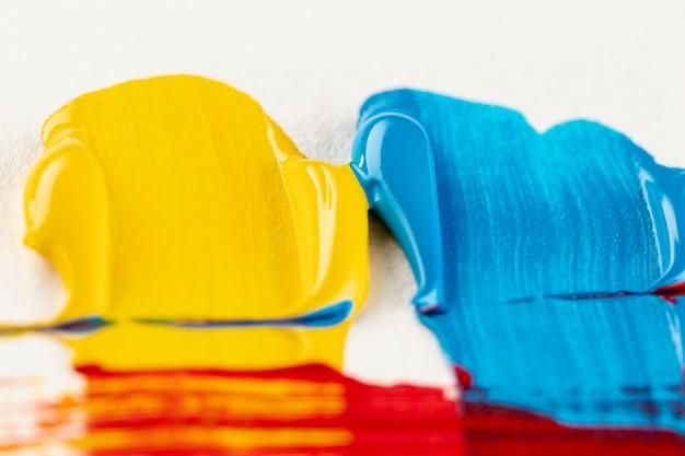 브러시 자국이있는 노란색과 파란색 페인트