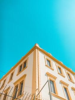Желто-коричневый бетонный дом под чистым небом