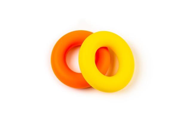 白で隔離される黄色とオレンジ色のエキスパンダー