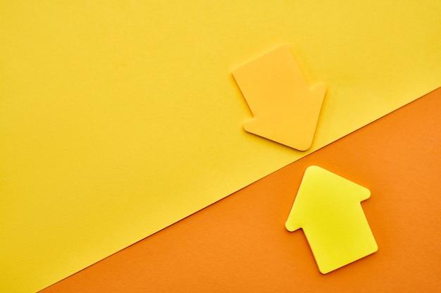 노란색과 주황색 자석 화살표 근접 촬영입니다. 사무용품, 학교 또는 교육용 액세서리, 쓰기 및 그리기 도구