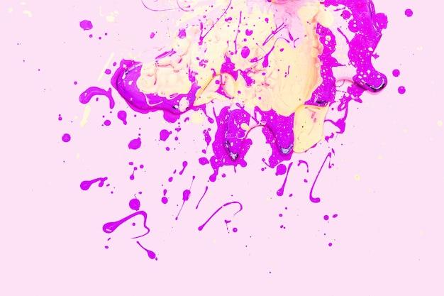 Желтые и розовые пятна на розовом фоне. текстура краски