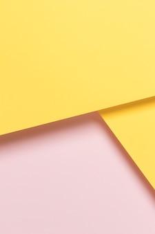 黄色とピンクの食器棚