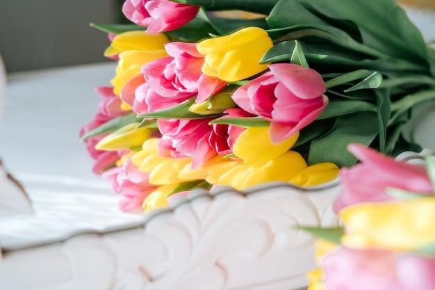 黄色とピンクのチューリップの花束