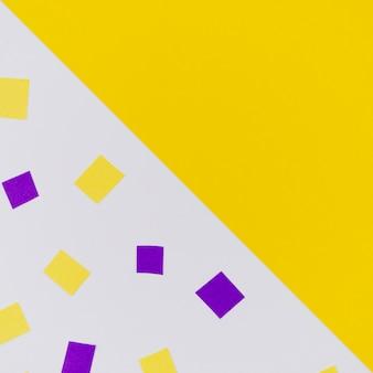 コピースペースで黄色と紫の紙吹雪