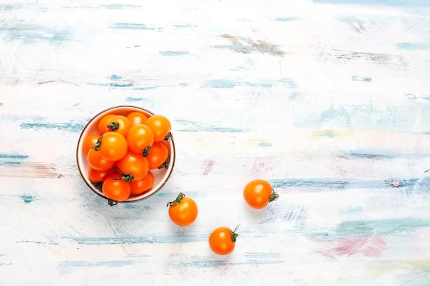 Желтые и красные помидоры черри.