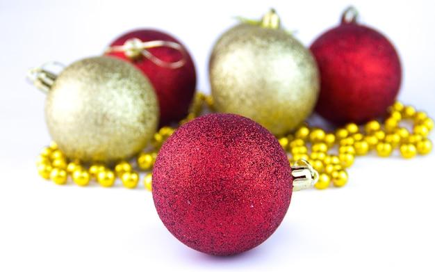 Желтые и красные новогодние шары на белом фоне. рождественские шары на белом фоне