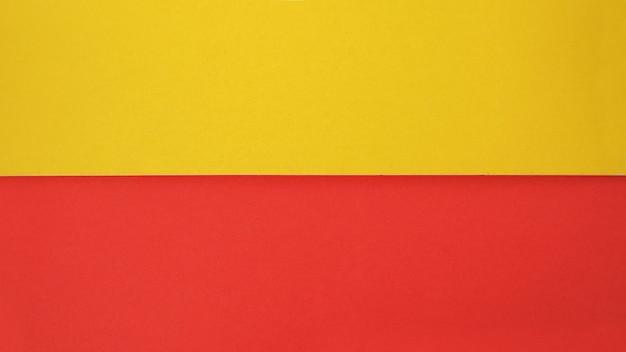 배경을 위한 노란색과 빨간색 색지그것은 빈 공간이고 사람이 없습니다