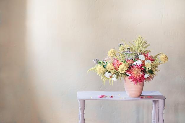 ヴィンテージ棚の花瓶に黄色と赤の花