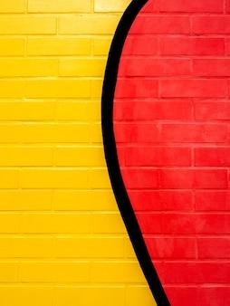 노란색과 빨간색 페인트 벽돌 벽 배경입니다. 생생한 컬러 벽돌 벽 텍스쳐, 수직 스타일에 빈 공간.