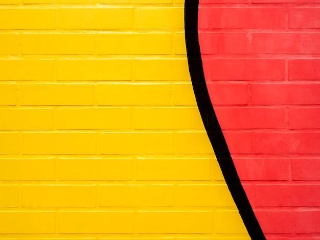 노란색과 빨간색 페인트 벽돌 벽 배경입니다. 생생한 컬러 벽돌 벽 텍스처에 빈 공간입니다.