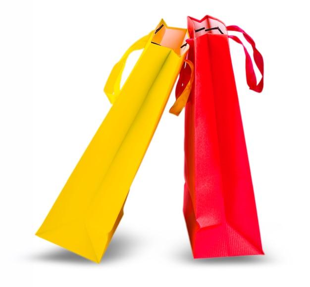 노란색과 빨간색 쇼핑백 흰색 배경에 고립입니다.