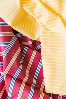 노란색과 빨간색 줄무늬 패턴 섬유