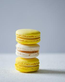 黄色と白のマカロン。アーモンド粉を使った、軽くて美味しいデザート。繊細な甘さ