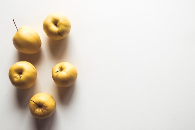 Желтые яблоки на белом фоне, здоровая пища, сельское хозяйство, вегетарианец