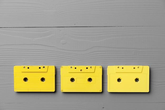 灰色の背景に黄色のオーディオカセット