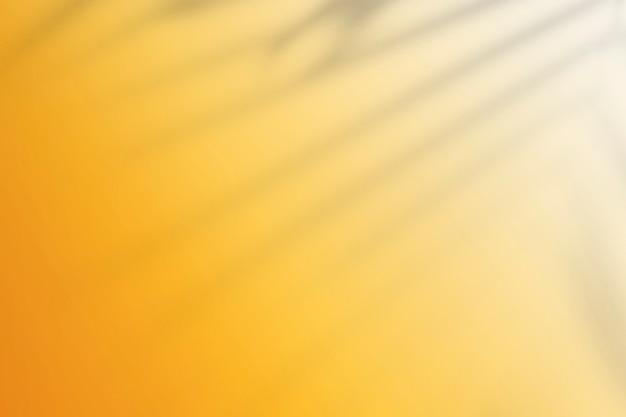 잎 그림자와 노란색 배경