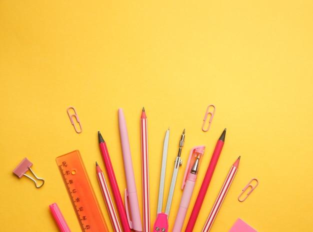 노란색 배경 학용품 스티커 가위 마커 글로브 통치자