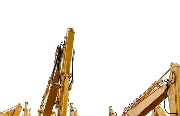 白で隔離される油圧ピストンアームと黄色のバックホウ。建設現場での掘削用の重機。油圧機械。巨大なブルドーザー。重機産業。
