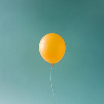 Желтый шар на голубом небе