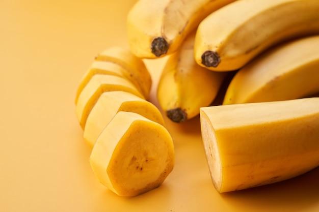 Желтые бананы крупным планом фон