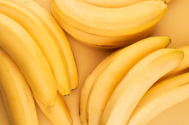 노란색 바나나는 배경을 닫습니다.