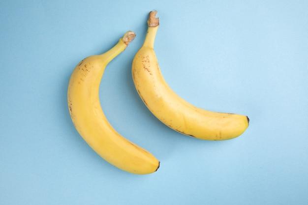 青い表面に黄色いバナナ