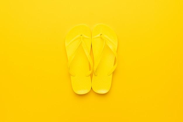 黄色の背景に黄色のビーチサンダル