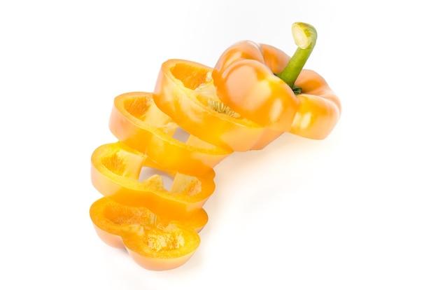 Желтый перец изолирован.