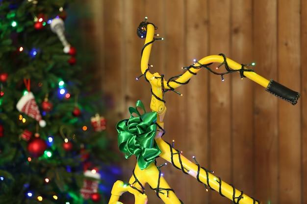 크리스마스 트리 근처 노란 자전거