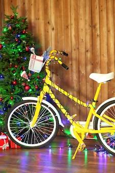 クリスマスツリーの近くの黄色い自転車
