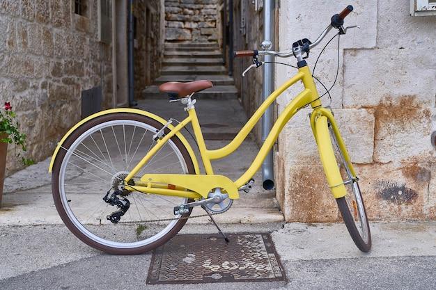 路上で黄色い自転車